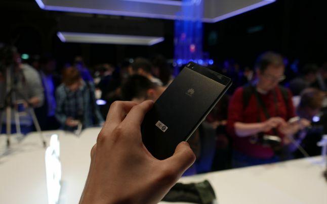 De ce ramane negru ecranul telefonului Huawei P8 Lite?
